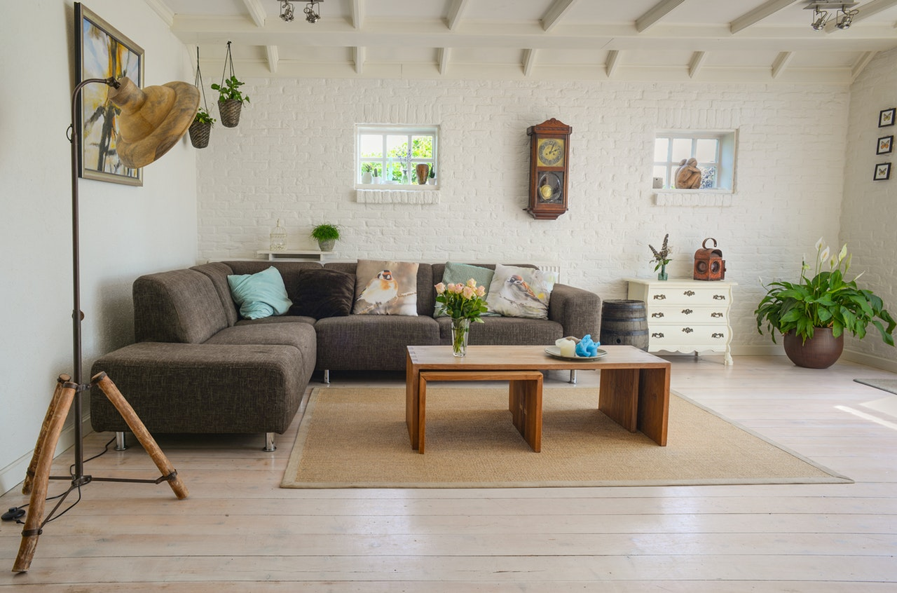 Brun og hvit sofakrok