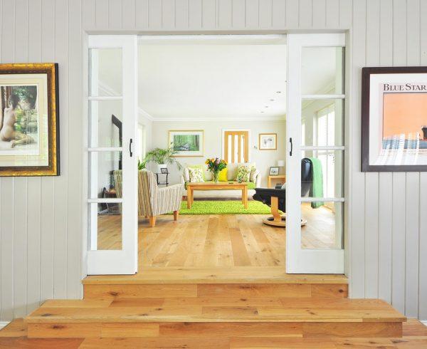 Stue i hvitt og naturtre